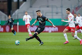 [Translate to Englisch:] Marco Friedl im Spiel gegen SSV Jahn Regensburg