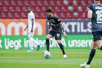 Leonardo Bittencourt im Dribbling gegen den FC Augsburg.