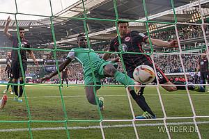Mai: Papy Djilobodji drückt die Kugel gegen Frankfurt  in der 88. Minute über die Linie und rettet Werder so am allerletzten Spieltag vor der Relegation (Foto: nordphoto).
