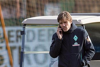 Clemens Fritz telefoniert am Trainingsplatz.