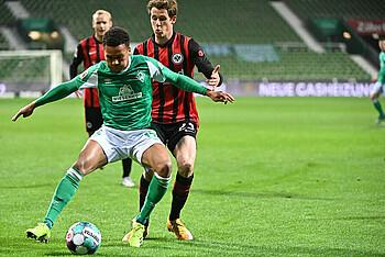Werders Felix Agu im Zweikampf mit dem Frankfurter Erik Durm.