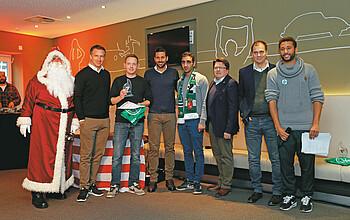 Gruppenfoto: Auszeichnung bei der Fan-Club Weihnachtsfeier.