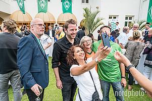Star des Abends: Cheftrainer Florian Kohfeldt war beim Botschaftsempfang am Donnerstagabend gefragter Partner für ein Selfie. Klickt euch durch die Galerie der besten Bilder (Fotos: nordphoto, WERDER.DE)!