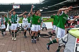 """Den """"Andree Wiedener"""" zu tanzen gehört traditionell zum Feiern der Werder-Siege dazu. Vor allem vor der Ostkurve (Foto: nordphoto)."""