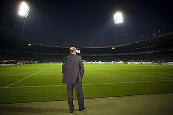 Thomas Schaaf und das Flutlicht im Stadion.