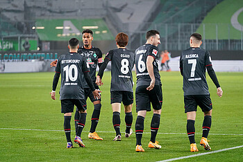 Die Werder-Spieler beglückwünschen sich nach einem Tor.
