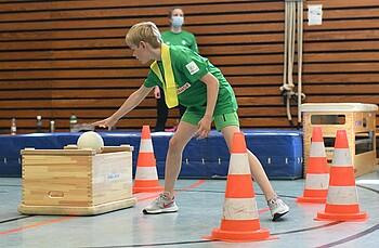 Ein Junge spielt beim SVW Brennball