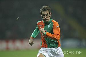 Miroslav Klose lief 2005 mit seiner Maske nach einem Jochbeinbruch sogar in der Champions League gegen Panathinaikos Athen auf. Mit Erfolg: Werder gewann 5:1, Klose traf einmal.