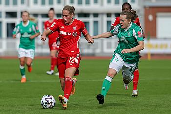 Anna Hausdorff im Zweikampf gegen den FC Bayern