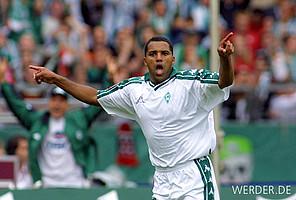 """Eins von 88 Bundesliga-Toren des """"Kugelblitzes""""! Beim 3:2-Sieg über Energie Cottbus 2001 trifft Ailton zweimal."""