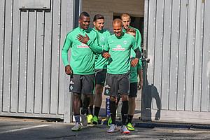 """Auf zum neuen """"alten"""" Trainingsplatz: Claudio Pizarro in Begleitung u.a. von Theodor Gebre Selassie (Foto: nph)."""