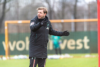 Florian Kohfeldt issues instructions during training ahead of the Hoffenheim match.
