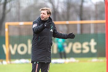 Florian Kohfeldt gibt im Training vor dem Duell mit Hoffenheim Anweisungen.