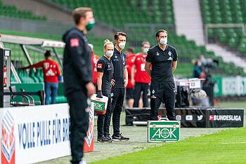 Laura Kersting und das Phsyio-Team stehen hinter Werder-Trainer Florian Kohfeldt an der Seitenlinie bereit.