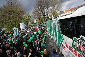 April: Kurz vor dem Ende der Saison steht es nicht gut um den SV Werder. Vor dem Spiel gegen den VfL Wolfsburg bereiten die Fans dem Mannschaftsbus einen überragenden Empfang am Weser-Stadion - mit Erfolg, Werder gewinnt mit 3:1 (Foto: nordphoto).