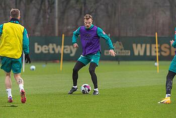 Christian Groß vom SV Werder im Training mit dem Ball am Fuß.