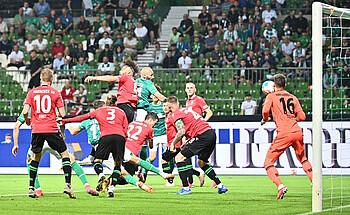 Ömer Toprak erzielt per Kopf die 1:0-Führung.