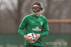 """Thomas Delaney ist das neuste Mitglied in Werders """"Maskenball"""". WERDER.DE blickt anlässlich seines neu-angefertigten Gesichtsschutzes auf die letzten Grün-Weißen mit Maske zurück (Fotos: nordphoto)."""