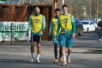 [Translate to Englisch:] Ömer Toprak, Theodor Gebre Selassie und Marco Friedl auf dem Weg zum Werder-Training.