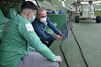 Der Trainer:innenleitfaden wird im Weserstadion  vorgestellt
