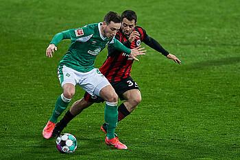 Werders Kevin Möhwald im Zweikampf gegen einen Frankfurter Spieler.