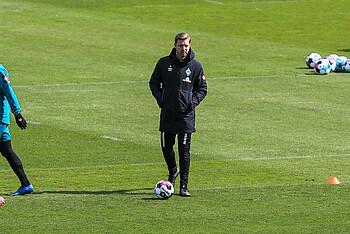 Florian Kohfeldt vor dem Pokalspiel gegen RB Leipzig auf dem Trainingsgelände.