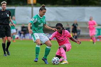 Werder-Spielerin Jasmin Sehan im Zweikampf beim Spiel gegen die SGS Essen.
