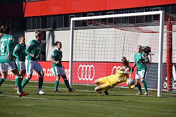 Kira Witte hechtet einem Ball hinterher.