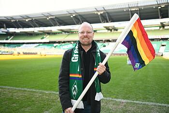 Christian Linker, Fan des SV Werder Bremen, mit Eckfahnen im wohninvest WESERSTADION