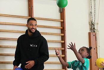 Manuel Mbom spielt mit den Kindern in der KiTa Hastedt.