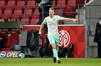 Werder Bremens Christian Groß gibt während eines Bundesliga-Spiels Anweisungen.