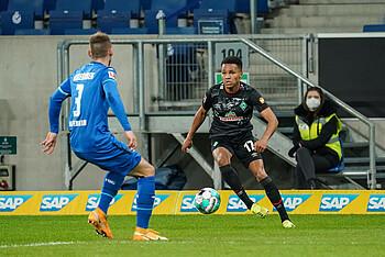 Felix Agu vom SV Werder Bremen im Zweikampf mit Hoffenheims Pavel Kaderabek.