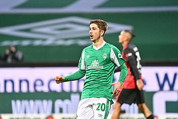 Romano Schmid schaut erstaunt, nachdem sein Treffer gegen Frankfurt aufgrund einer Abseitsposition nicht gegeben wird.