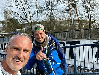 Andree Wiedener und Florian Mohr machen einen Selfie.