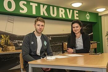 Lennart Sens und Irina Hense sitzen in der Küche des Wilhelm-Scharnow-Internats