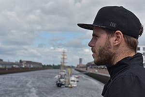 Werder-Neuzugang Justin Eilers schaute sich am Mittwoch die Bremer Überseestadt an (Foto: WERDER.DE).