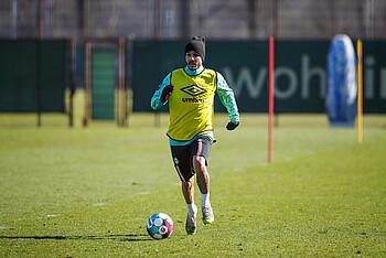Leonardo Bittencourt setzt im Werder-Training mit dem Ball am Fuß zum Sprint an.