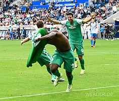 04. Spieltag der Saison 2015/16. Im ersten Spiel nach seiner Rückkehr legt Claudio Pizarro Anthony Ujah das 2:1 auf, Werder gewinnt 3:1 (Foto: nordphoto).