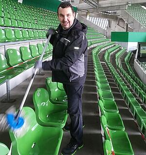 Oliver Neddermann beim Reinigen
