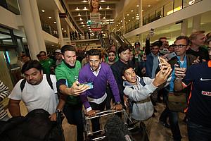 Euphorie bei der Ankunft: hunderte Fans begrüßten Pizarro am Sonntagabend am Airport Bremen. (Foto: nph).
