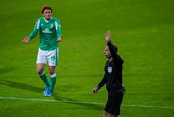 Referee Marco Fritz hebt den Arm.