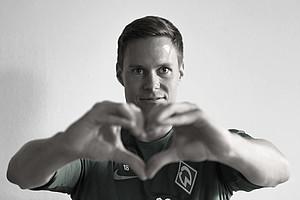 Ein Interview ganz ohne Worte? WERDER.DE hat es versucht. Der erste Gast vor der Kamera war Neuzugang Niklas Moisander. Und die erste Frage: Was bedeutet Fußball für dich? (Foto: WERDER.DE)