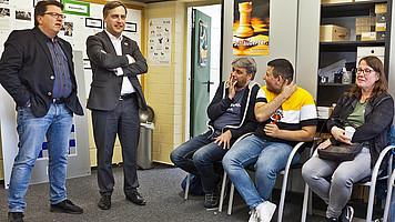 Schiedsrichter Dirk Rütemann (2.v.l.) im Gespräch
