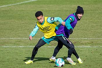 Felix Agu und Leonardo Bittencourt im Zweikampf beim Training des SV Werder Bremen.