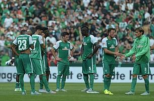 Enttäuschte Gesichter bei Bargfrede, Grillitsch und Co. Schalke gewinnt schlussendlich mit 3:0. Der Anfang einer turbulenten Saison 2015/2016 (Foto: nordphoto).