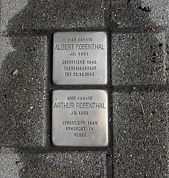 Jährlich werden die Stolpersteine geputzt, um an die Opfer zu erinnern und deren Geschichten nicht zu vergessen.