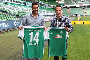 Thomas Eichin und Sturm-Neuzugang Claudio Pizarro bei der offiziellen Vorstellung im Weser-Stadion (Foto: nph).