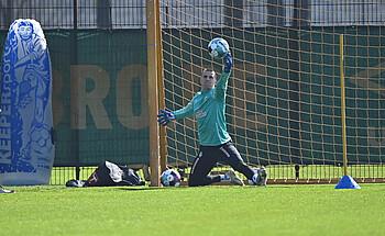 [Translate to Englisch:] Michael Zetterer trainiert mit Ball.