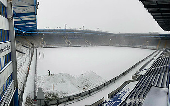 Die verschneite SchücoArena in Bielefeld.