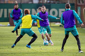 Maximilian Eggestein versucht sich beim Werder-Training durchzusetzen.